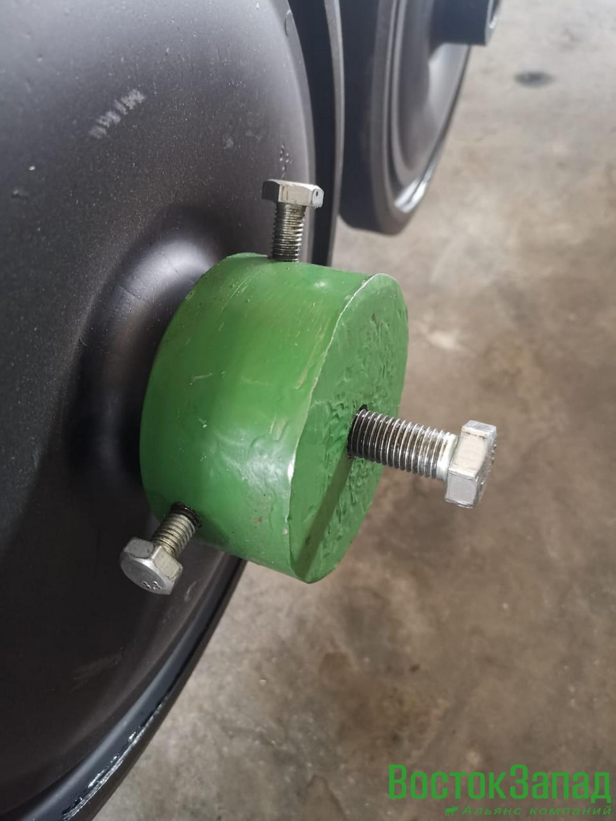 Инструмент для снятия катков гусеничного вездехода «Лось»